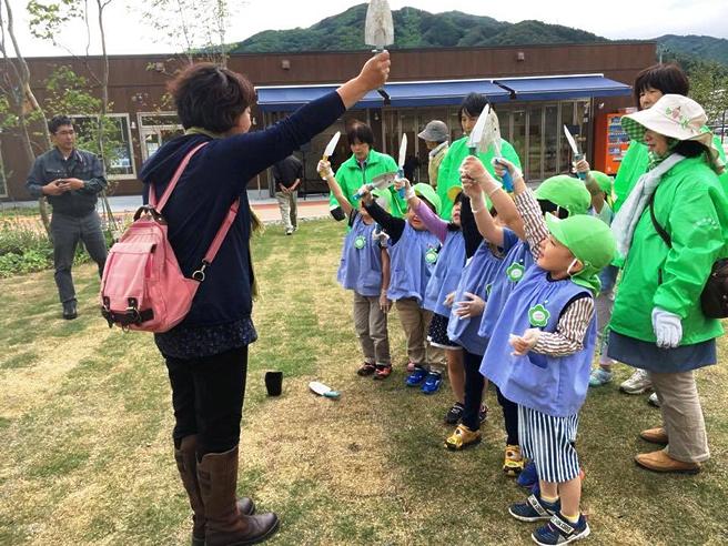 式典当日子供達による記念の花苗植え付け